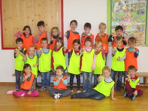 kindergartengruppe mit Leibchen